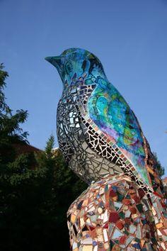 bird Mosaic Pots, Mosaic Diy, Mosaic Garden, Mosaic Crafts, Mosaic Projects, Mosaic Glass, Garden Art, Stone Mosaic, Glass Art