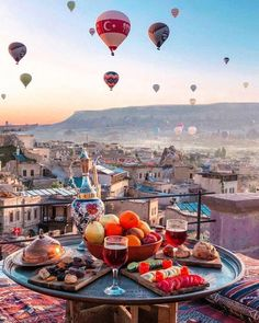 cappadocia romantic Traveling with your better half is a wonderful thing. Having a romantic breakfast time with nice view will heat up your relationship. Read this article to know which places have the top 10 views and breakfasts especially for couples. Best Honeymoon Destinations, Amazing Destinations, Dream Vacations, Turkey Destinations, Travel Destinations, Romantic Vacations, Romantic Travel, Ballons Fotografie, The Places Youll Go