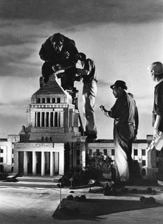 Helping King Kong onto the Diet Building in Tokyo: King Kong vs Godzilla 1962 Behind the scenes King Kong Vs Godzilla, Chroma Key, Famous Movies, Old Movies, King Kong 1933, Fritz Lang, Famous Monsters, Scary Monsters, Classic Sci Fi