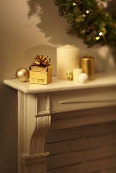 DIVINE SURPRISE - Pour ajouter des notes d'or dans votre salon, déposez sur les meubles ou sur votre cheminée de jolies boîtes cadeaux Ferrero Rocher. Ces divines surprises se trouvent en magasin.