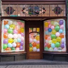 Would also be fun to place the balloons in a clear plastic bag tied with a large ribbon - to mimic sweet shoppe purchased candy beans. Molly Meg pop up shop at Anthropologie in London in 2014 Display Design, Store Design, Display Ideas, Store Window Displays, Kids Store Display, Merchandising Displays, Pop Up Shops, Party Stores, Make Happy