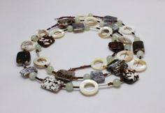 Náhrdelník, bílo-hnědý achát, serpentinit, perleť. Délka 102cm. N13-000328. Necklace, White-braun Agate, Serpentine, Mother of pearl. Lenght 102cm. N13-000328.