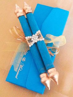 Convite com caixa azul e papiro