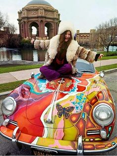 Janis Joplin and Her Psychedelic Porsche 1968 ~ Deep purples, plush fur & so much iconic style all in one place ~ Photo by Jim Marshall Woodstock, Acid Rock, Janis Joplin Frases, Janis Joplin Style, Rock And Roll, Historia Do Rock, Rainha Do Rock, Moda Rock, Ali Mcgraw