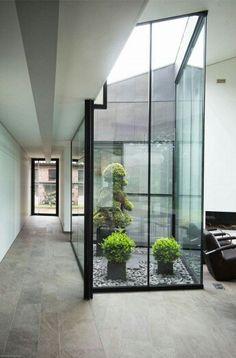 Patio interior con cristalera.