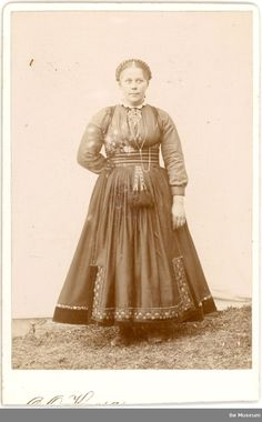 Ukjent kvinne i beltestakk ståande ute i enkelt fotoatelier - Midt-Telemark Museum / DigitaltMuseum Antique Pictures, Old Photos, Folk Costume, Costumes, Vintage Style Dresses, Traditional Dresses, Norway, Fashion Dresses, Museum