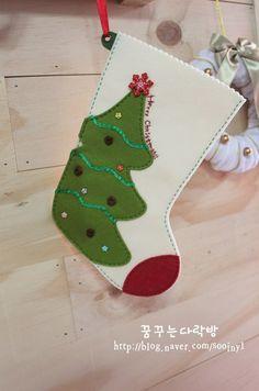 Bota navideña con fieltro paso a paso Diy Stockings, Felt Christmas Stockings, Christmas Stocking Pattern, Felt Christmas Decorations, Felt Stocking, Christmas Templates, Christmas Projects, Holiday Crafts, Christmas Crafts