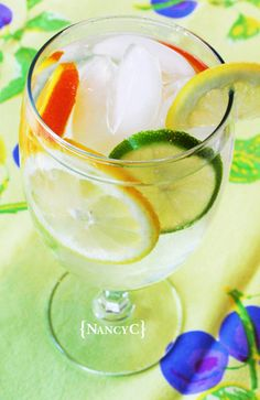 Flavored Water Recipes - yum - and it does help me drink more water Fruit Water Recipes, Flavored Water Recipes, Flavored Waters, Infused Waters, Drink Recipes, Citrus Water, Water Water, Mint Water, Gastronomia