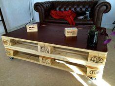Table de salon faite de palettes avec du cuir sur le dessus, facile à  faire / coffee table made with palets and leather on the top, easy to made