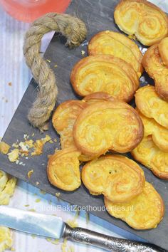 Kaasvlinders hartige koekjes maken Savory snack with puff pastry and cheese Finger Food Appetizers, Finger Foods, Appetizer Recipes, Dutch Recipes, Tea Recipes, Tapas, Mini Sandwiches, Baked Chips, Roasted Almonds