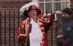 Watch the moment the town crier makes the announcement that the Duchess of   Cambridge has given birth to a baby girl