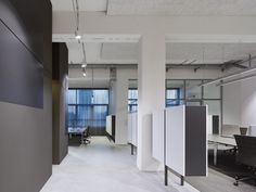 In line with the desired simplicity of the overall spatial impression, both floor and ceiling are in the most part dedicated to function. Only the central workplace island has an underlay of carpeting to distinguish this area as a distinct unit.