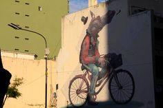 PARA NÃO SER PASSAGEIRO: PEDALAR E FRUIR O CAMINHO  LUCIANA ARSLAN - Como as bicicletas são associadas à liberdade, à alegria da infância e à autonomia, elas figuram como objetos de decoração, estão nos editoriais e vitrines da moda, mas não são bem vindas em locais de trabalho que não valorizam tais princípios. Então, ocorre que após enfrentar o céu azul, o sol brilhante e o vento no rosto, o ciclista quando chega ao trabalho é por vezes encarado como uma pessoa infantil e ingênua...