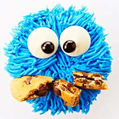 These cute, moist chocolate chip Cookie Monster cupcakes are filled with a marshmallow cookie center and topped with brilliant blue icing, edible eyes and a chocolate chip mouth, guaranteed to delight kids of every age. Chocolate Chip Cupcakes, Melting Chocolate Chips, Cookie Monster Cupcakes, Cupcake Cookies, Love Cupcakes, Yummy Cupcakes, Just Desserts, Delicious Desserts, Edible Eyes