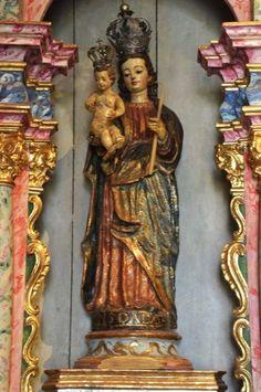 """Nossa Senhora da Luz, século XVI, barro cozido policromado. A peça foi trazida em 1603 aos """"Campos de Guarepe"""" (atual avenida Tiradentes) por Domingos Luiz, """"o Carvoeiro"""". Atribui-se a ela o nome do bairro onde, desde então, permaneceu guardada: Luz."""
