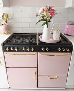 Pink Kitchen Decor, Cute Kitchen, Pink Home Decor, Dream Home Design, Home Interior Design, House Design, Pink Houses, Kitchen Cabinet Design, Küchen Design
