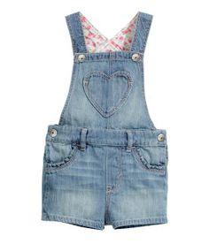 Bebés  H&M Little Girl Fashion, Kids Fashion, Jean Outfits, Kids Outfits, Salopette Short, Baby Overalls, Denim Blouse, Inspiration Mode, Girls Wardrobe