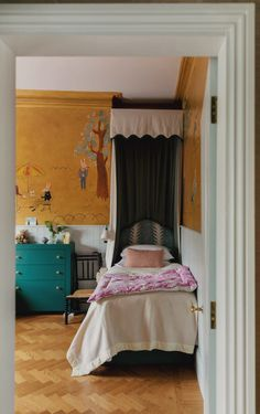 Beata Heuman on eclectic interiors at her family home in Hammersmith Beata Heuman, Shabby Chic Bedrooms, Small Bedrooms, Maximalism, Luxury Decor, Southern Homes, Eclectic Decor, Architectural Digest, Kids Bedroom