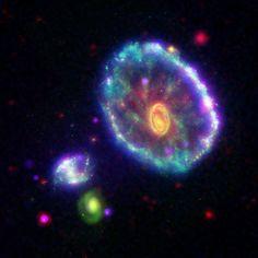 """O espaço: fronteira final Há pouca dúvida de que esta seja uma das galáxias com maior beleza única no nosso universo conhecido. Isso, meus amigos, é uma galáxia lenticular conhecido como o """"Cartwheel Galaxy"""". Parece mais uma roda-gigante para mim, mas o que posso dizer? Eu não vim até com esse nome já pronto... Veja mais no site oficial da NASA:  http://www.nasa.gov/mission_pages/galex/galex-20060111.html…"""