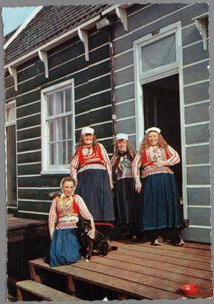 Vier vrouwen in dracht poseren in deuropening. 1960-1980 #NoordHolland #Marken