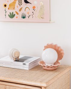 Visite déco de l'appartement au style scandinave et japonais de Noémie Sato à Amsterdam : lampe coquillage vintage - Scandi-Japan home decor appartment : shell ligthing // Hëllø Blogzine blog deco & lifestyle www.hello-hello.fr #homedecor #scandinavian