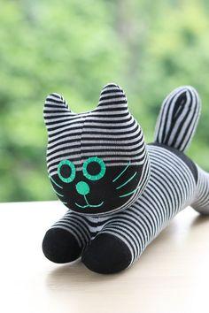Chat de chaussette à la main, ce chat mignon cherche une nouvelle maison ! Merci de visiter notre boutique. Toutes mes poupées sont faits à la main