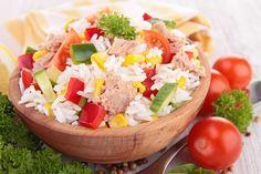 Ingrédients: 2 sachets de riz 1 boîte de thon 1 boîte de maïs 3 oeufs 3 tomates 3 c. à soupe d'huile 1 c. à soupe de vinaigre 1 pincée de sel et du poivre du moulin Préparation: Faites cuire le riz dans une casserole d'eau chaude, pendant 12 min. Faites cuire 3 oeufs durs. …