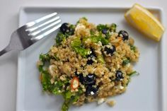 This cold quinoa salad explodes with flavor thanks to blueberries, feta, and crunchy almonds. --- need more quinoa ideas Cold Quinoa Salad, Quinoa Salat, Kale Salad, Cooked Quinoa, Salad Recipes, Vegan Recipes, Delicious Recipes, Jamie's Recipes, Superfood Recipes