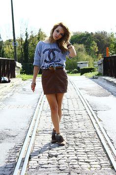 Blusa podrinha + saia de couro + bota com franja