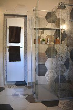 salle de bain avec paroi de douche avec dessin pour douche à l'italienne et carreaux type ciment en hexagone. Un sèche serviettes alu et niches pour gel douche Architecture, Toilet, Divider, Projects To Try, Niches, Bathrooms, Napkins, Houses, Interiors