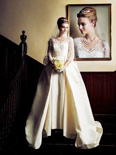 『ノバレーゼ銀座』 精巧なレーススリーブ×ミカドシルクのバルーンスカートのコンビネーションが極上のロイヤル感を醸し出すキャロリーナ・ヘレラのドレス。ティアラやレースベール、パールネックレスなどの上品な小物使いも花嫁の美オーラを際立たせて。