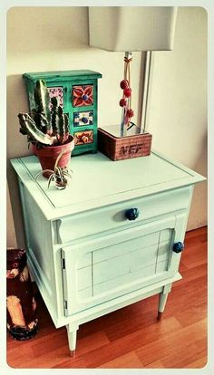 Mesa de luz restaurada Chalk Paint Furniture, Love Home, Furniture Makeover, Nightstand, Decoupage, Sweet Home, Cool Stuff, Table, Bedroom Ideas