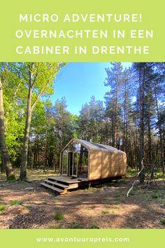 Met een rugzak op mijn rug wandel ik door de bossen van Drenthe. Om mij heen niets dan fluitende vogels, hoogveen en imposante bomen. Dan doemt midden in het bos een klein houten huisje op. Hier ga ik overnachten in een Cabiner in Drenthe: een natuurhuisje in Drenthe waar je zelf je water op moet pompen en hout moet hakken voor de houtkachel. Midden in de natuur, helemaal off grid! Hello Summer, Cabins In The Woods, Ultimate Travel, Where To Go, Netherlands, Travel Guide, The Good Place, Places To Go, Road Trip