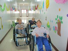 Ander, Francisco y Julio, de la Escuela Cree En Mí de Shanxi, tienen sus primeras sillas de ruedas! Están muy contentos porque gracias a ellas podrán ir de excursión con el resto de los niños! Esperamos que estas sillas les abran un nuevo mundo de posibilidades!!