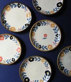 諏佐知子の作品 Painting Pottery Plates, Painted Ceramic Plates, Pottery Painting Designs, Ceramic Knobs, Ceramic Teapots, Hand Painted Ceramics, Ceramic Painting, Porcelain Ceramics, Ceramic Pottery