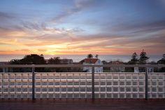 Tijolo de Vidro: Modelos, Preços e 60 Fotos Inspiradoras! Glass Brick, Exterior, Celestial, Sunset, Outdoor, House Ideas, Brick Porch, Bricks, Bahia