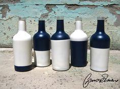 Bottiglie Colorate - Glass Flowerpot  Bottiglie colorate con colori acrilici vivaci e giovanili. Possono essere un oggetto di design colorato che darà un tocco di allegria e stile alla vostra casa, ma posso anche essere utilizzate come porta fiori o candelabri. L'oggetto non può essere lavato in lavastoviglie.  Le bottiglie sono vendute in serie da 5 ma si possono acquistare anche singoli pezzi (12€ cad.)