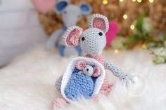 Hier findet ihr eine gratis Häkelanleitung für eine Babymaus und ihre Mäuseeltern. Die niedliche gehäkelte Babymaus ist sehr einfach und schnell zu machen und das Perfekte Geschenk für kleine Mädchen.