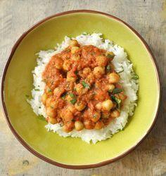 Curry de pois chiches pour 6 à 8 personnes 1 oignon rouge 2 cs d'huile végétale 2 cuil. à café bombées de purée d'ail de et de gingembre (ail et gingembre pelés puis râpés) 1 cuil. à soupe rase de curry 1 cuil. à soupe rase de garam Masala 7 cl d'eau 2 boites de tomates concassées (400 g chaque) 2 boites de pois chiches cuits (265 g, poids net égoutté pour chaque boite) ½ cuil. à soupe de jus de citron vert 20 cl de lait de coco Sel & coriandre fraiche pour servir