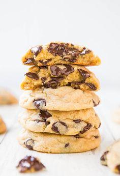 Cookies 3/4 měkkého másla, 3/4 šálku hnědého cukru, 1 vejce, 2 šálky hladké mouky, vanilkový pudink, 1 lžička jedlé sody, 2 šálky čokoládových lupínků. Všechny suroviny postupně šlehat, nakonec vložit kousky čokolády. Dát na 2 hodiny vychladit a pak teprve péct asi 11 minut.