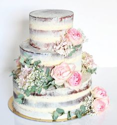 Gorgeous naked cake with flowers