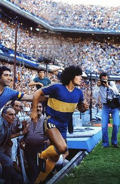 Diego Maradona (Boca Juniors 1981) #futbolbocajuniors Football Icon, Best Football Players, Retro Football, World Football, Football Kits, Vintage Football, Football Jerseys, Soccer Players, Argentina Football