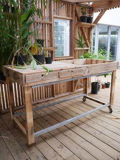 Table haute en bois de palette avec bac de rempotage et tiroirs de rangement Garden Table, Garden Boxes, Garden Lighting Video, Pallet Porch, Garden Drawing, Garden Architecture, Gardening, Diy Planters, Raised Garden Beds