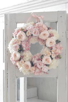 ほんのり頬を染めたような愛らしいオールドローズを贅沢に使った、お花いっぱいのリースです。 Wreaths For Front Door, Door Wreaths, Diy Flowers, Paper Flowers, Flower Circle, Summer Wreath, Diy Wreath, Making Ideas, Floral Arrangements