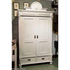 Talonpoikainen vaatekaappi 1800-luvun lopusta. Kunnostettu. Kaappi on purettavissa osiin, ja on helppo kuljettaa kapeissakin portaissa.