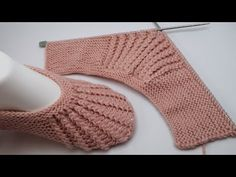 Knit Slippers Free Pattern, Knitted Slippers, Knitted Gloves, Baby Knitting Patterns, Lace Knitting, Knitting Designs, Crochet Patterns, Knitting Needles, Crochet Shoes