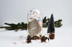 Et pourquoi ne pas cacher cette carte cadeau entre plein de sucreries ? Utilisez une cloche, une bonbonnière ou une simple boite que vous remplissez de bonbons ! Cloche, Snow Globes, Simple, Decor, Tiny Gifts, Gift Ideas, Treats, Gummi Candy, Money