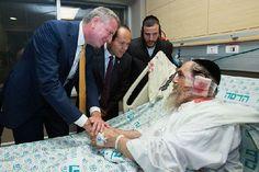 New York City Mayor Bill de Blasio (L) and Jerusalem Mayor Nir Barkat (2L) visit Rabbi Pesach Krishevsky at Hadassah Ein Kerem Medical Center. The rabbi was wounded in a terror attack on Malchei Yisrael Street on Jerusalem.