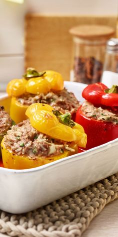 Gefüllte Paprikaschoten mit Tomatensauce schmecken leicht scharf und angenehm würzig. Wirklich Lecker!