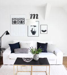 Scandi-Wohnzimmer in schwarz-weiß-blau